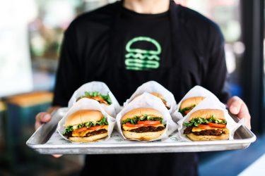「シェイクシャック」のハンバーガーをタクシーでお届け!京都四条烏丸店がMKタク配を導入